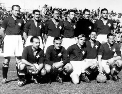 L'équipe de Suisse alignée contre le Mexique. Jacky Fatton est en haut, second depuis la gauche, Olivier Eggimann est à côté de lui (troisièe depuis la gauche) et Jean Tamini est en bas (premier à partir de la gauche)